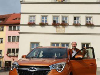 Chery-Auto auf dem Marktplatz in Rothenburg